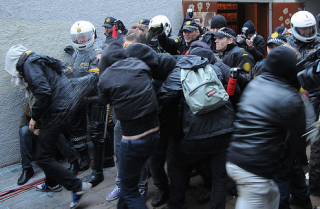 Police Peppersprays Protesters