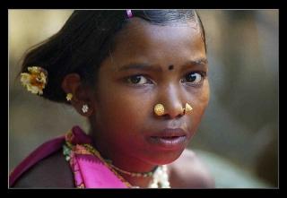 Ung stúlka í Orissa á Indlandi þar sem innfæddir hafa barist gegn Alcan
