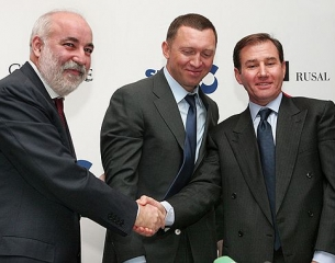 Sual CEO Viktor Vekselberg (left), Rusal General Director Oleg Deripaska (center) and Glencore Director Ivan Glasenberg (right) are shown at the ceremony of signing the agreement about merging the asset