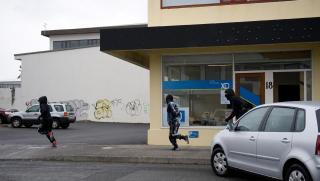 Kosningaskrifstofur Sjálftöku, Samfylkingar og Framsóknarflokks baðaðar skyri á sama degi 20 apríl 2009