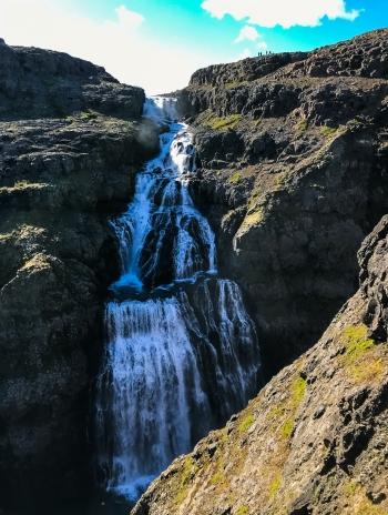 Fossinn Drynjandi í Hvalá. Rennsli árinnar verður aðeins 5% af eðlilegu rennsli og þessi 77 m foss hverfur nánast.Fólkið efst á myndinni gefur hugmynd um stærð fossins.
